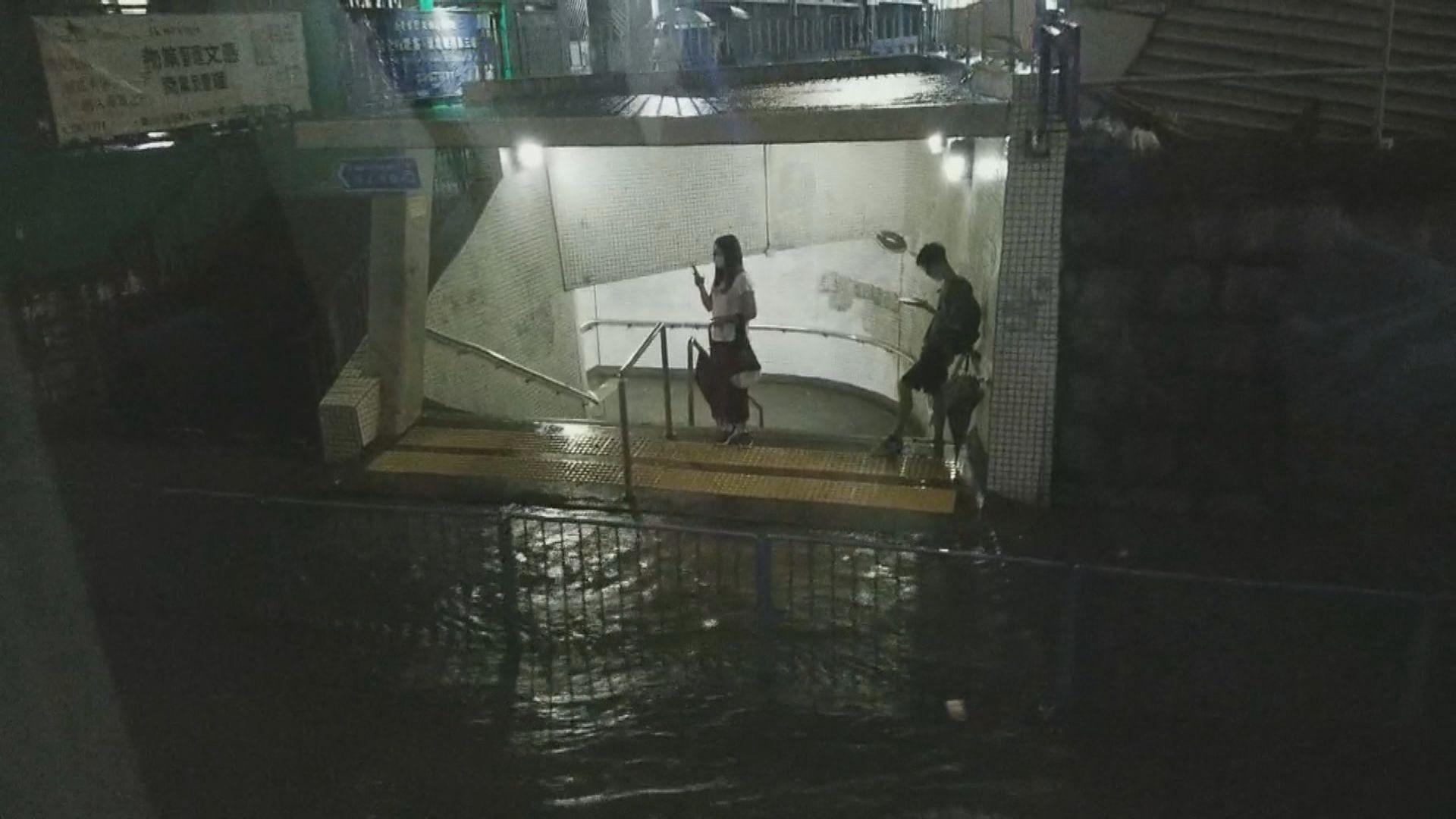 【黑色暴雨】觀塘牛頭角嚴重水浸 有市民被困隧道口