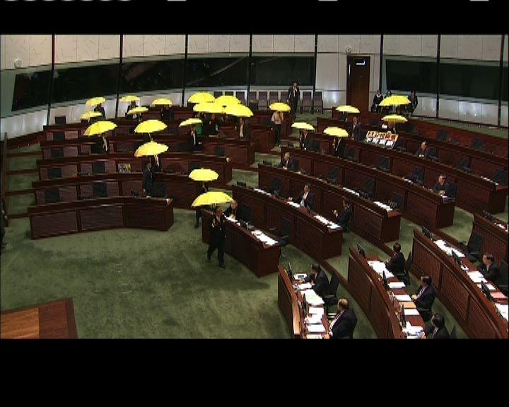 泛民議員集體舉傘離場抗議