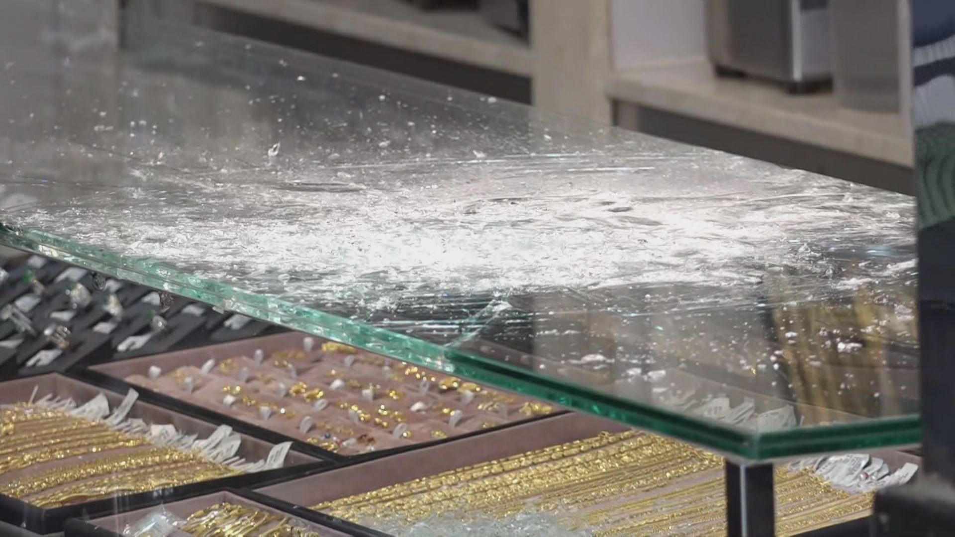 油麻地珠寶店遇劫 損失約值30萬財物
