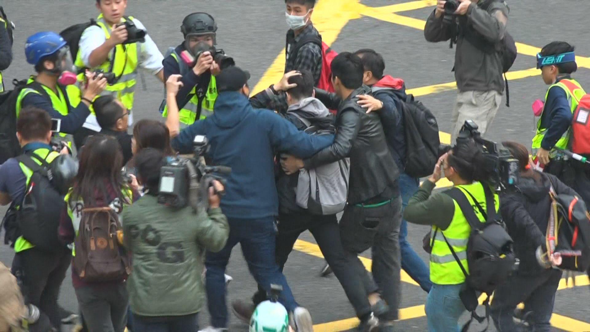 中環被圍毆四警員頭部和手指受傷 兩人仍留院