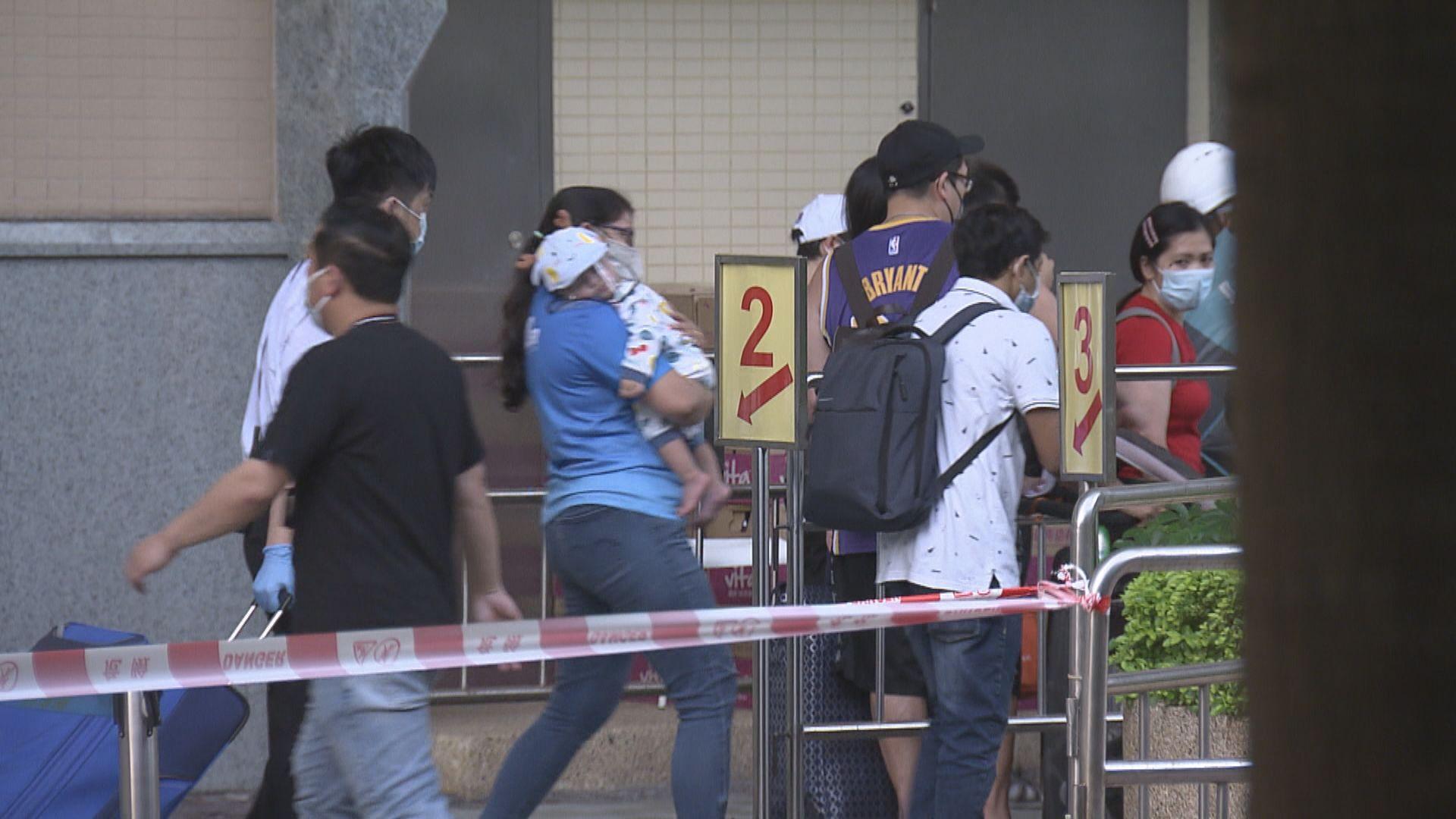 東涌映灣園11座居民離開檢疫中心 有人批安排混亂