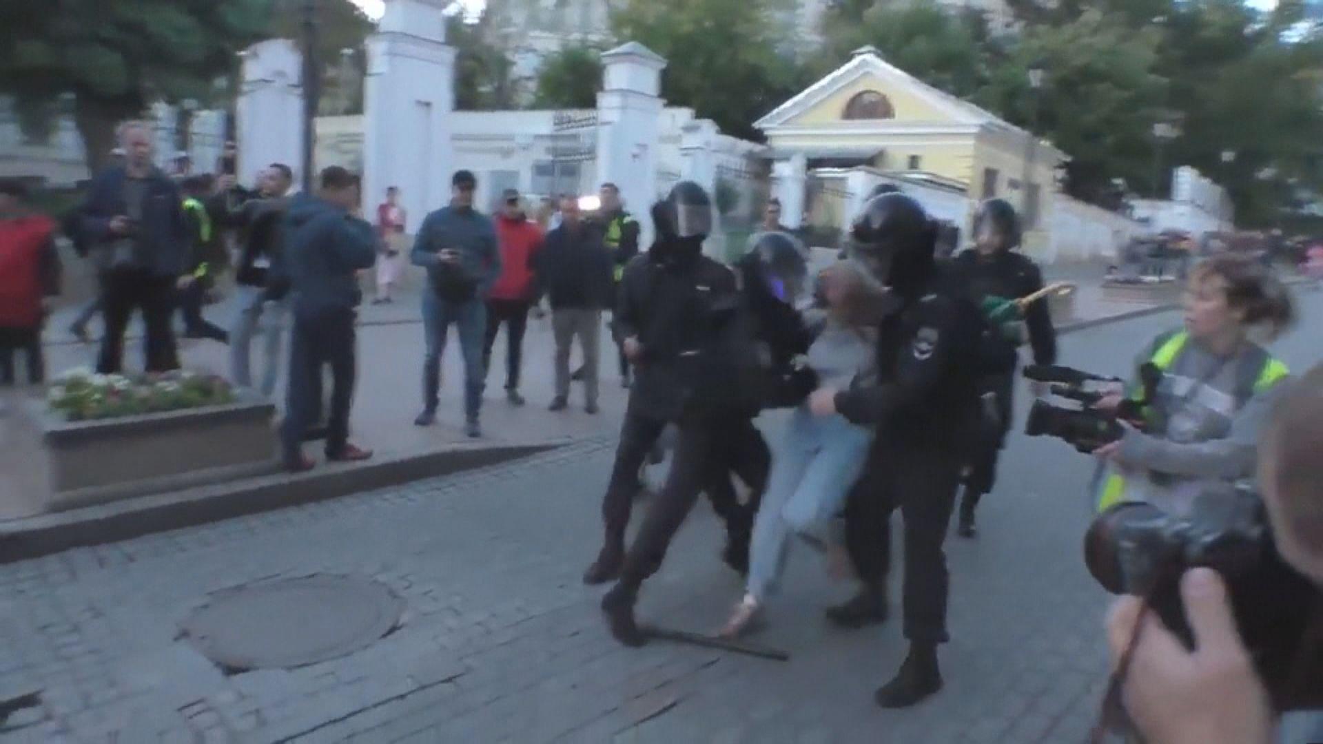 莫斯科防暴警察拳打女示威者受查