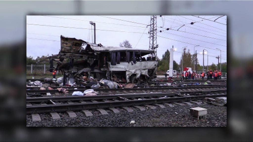 俄羅斯火車撞巴士至少十九人死