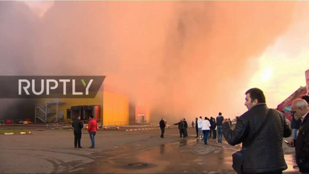 俄羅斯有建材商場大火 逾三千人疏散