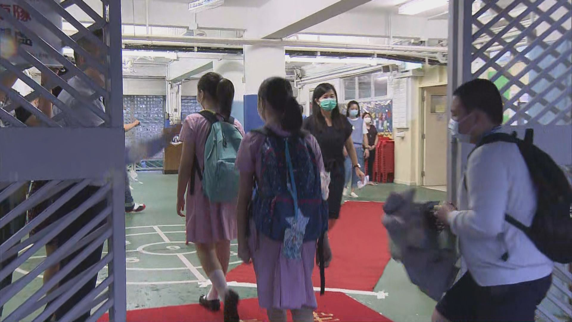 瀝源邨鄰近小學復課 家長為小孩多預備防疫用品