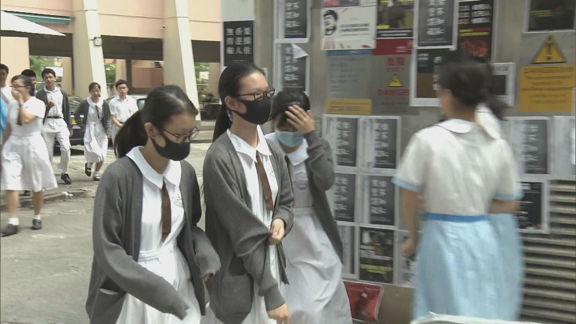 禁蒙面法生效後部分學生戴口罩上學