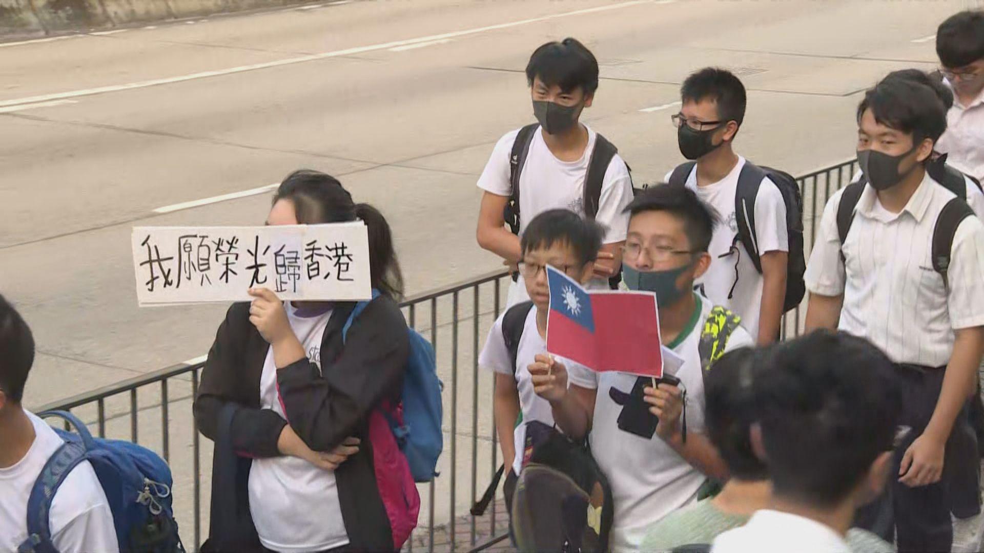飛鵝山近百名學生發起流水式步行上學