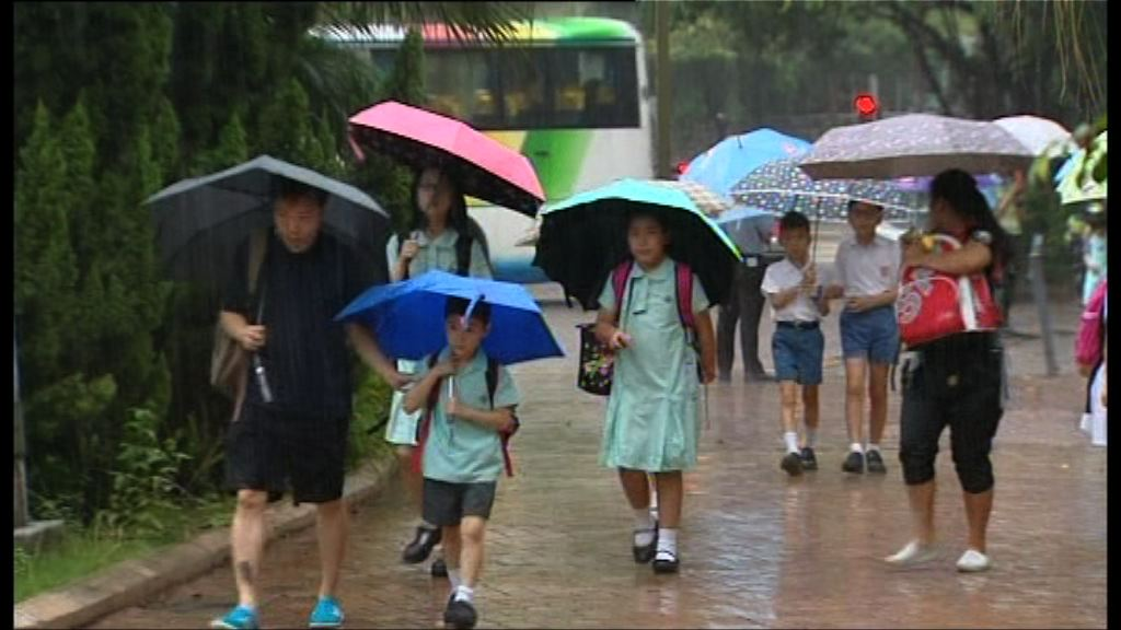 黃雨開學 學生提早出門上課