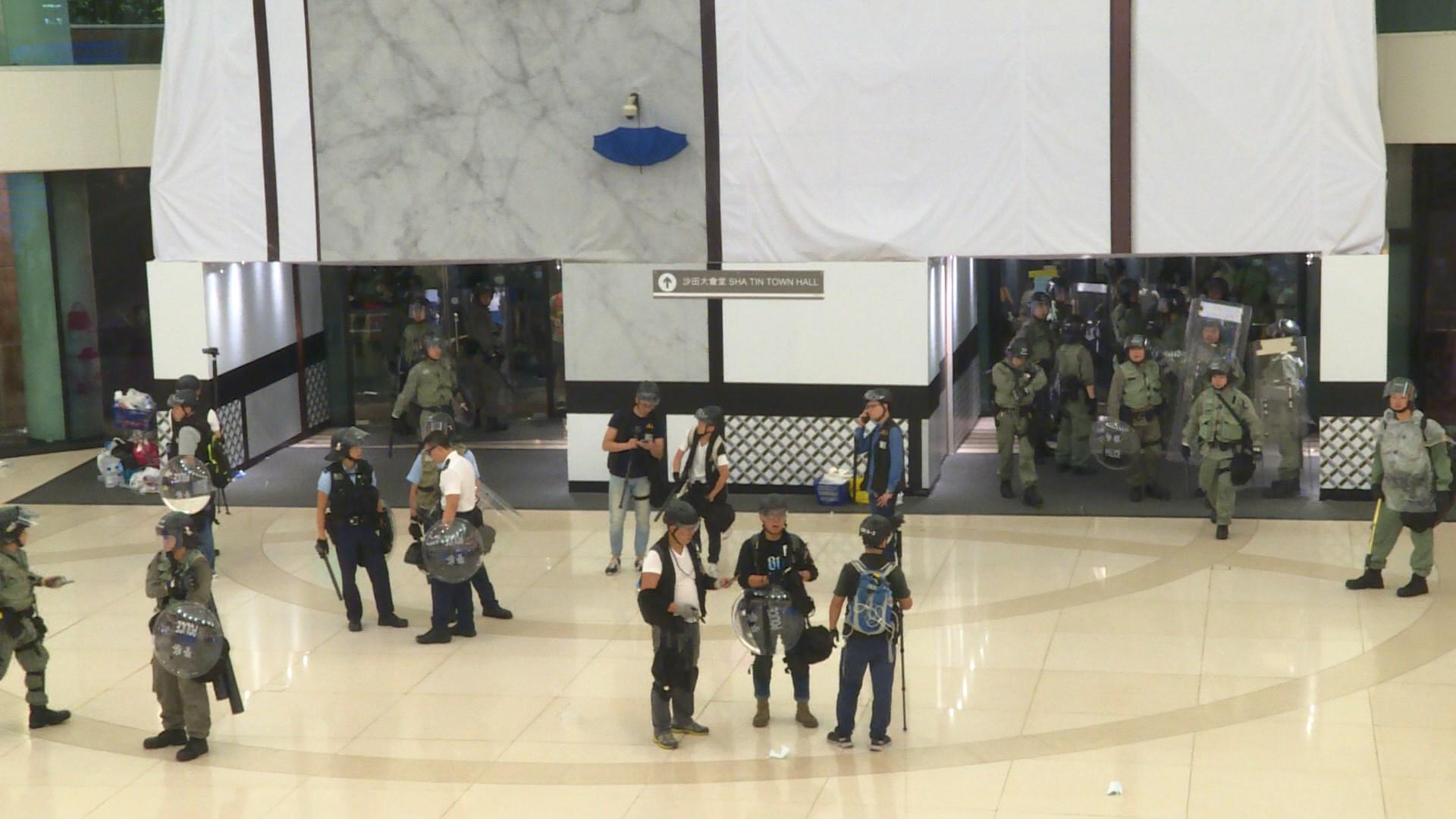有大律師稱警方進入商場清場或違反警察通例