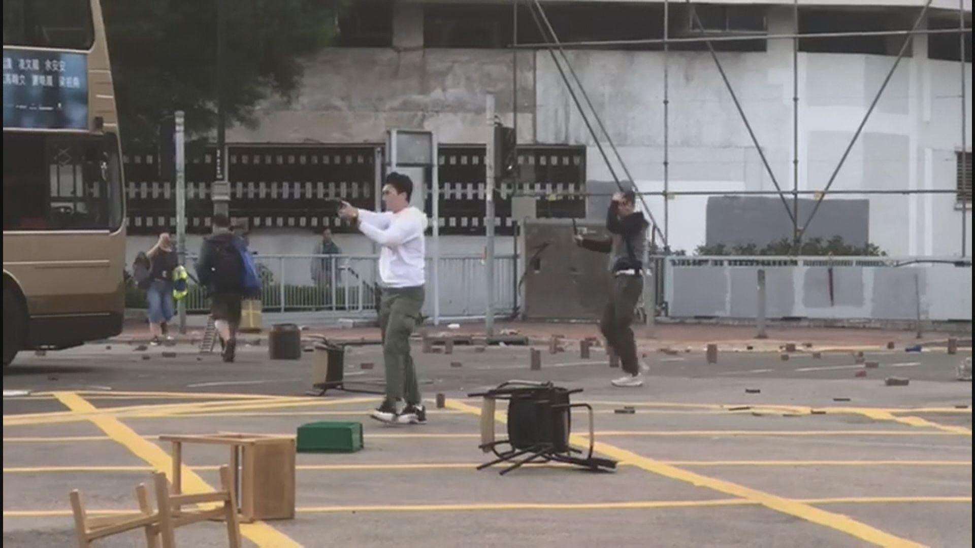 沙田下午有便衣探員拔槍指向示威者