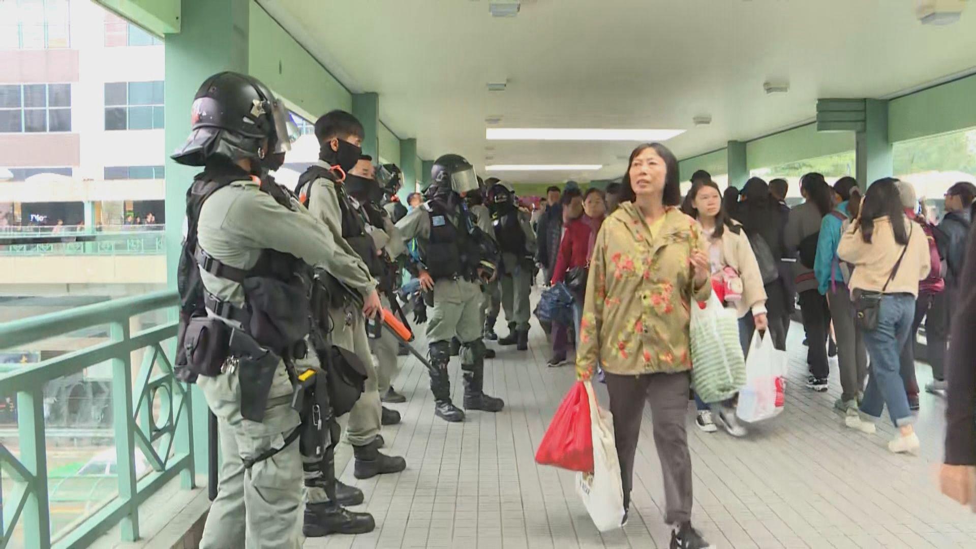 大批防暴警察在上水廣場外圍戒備