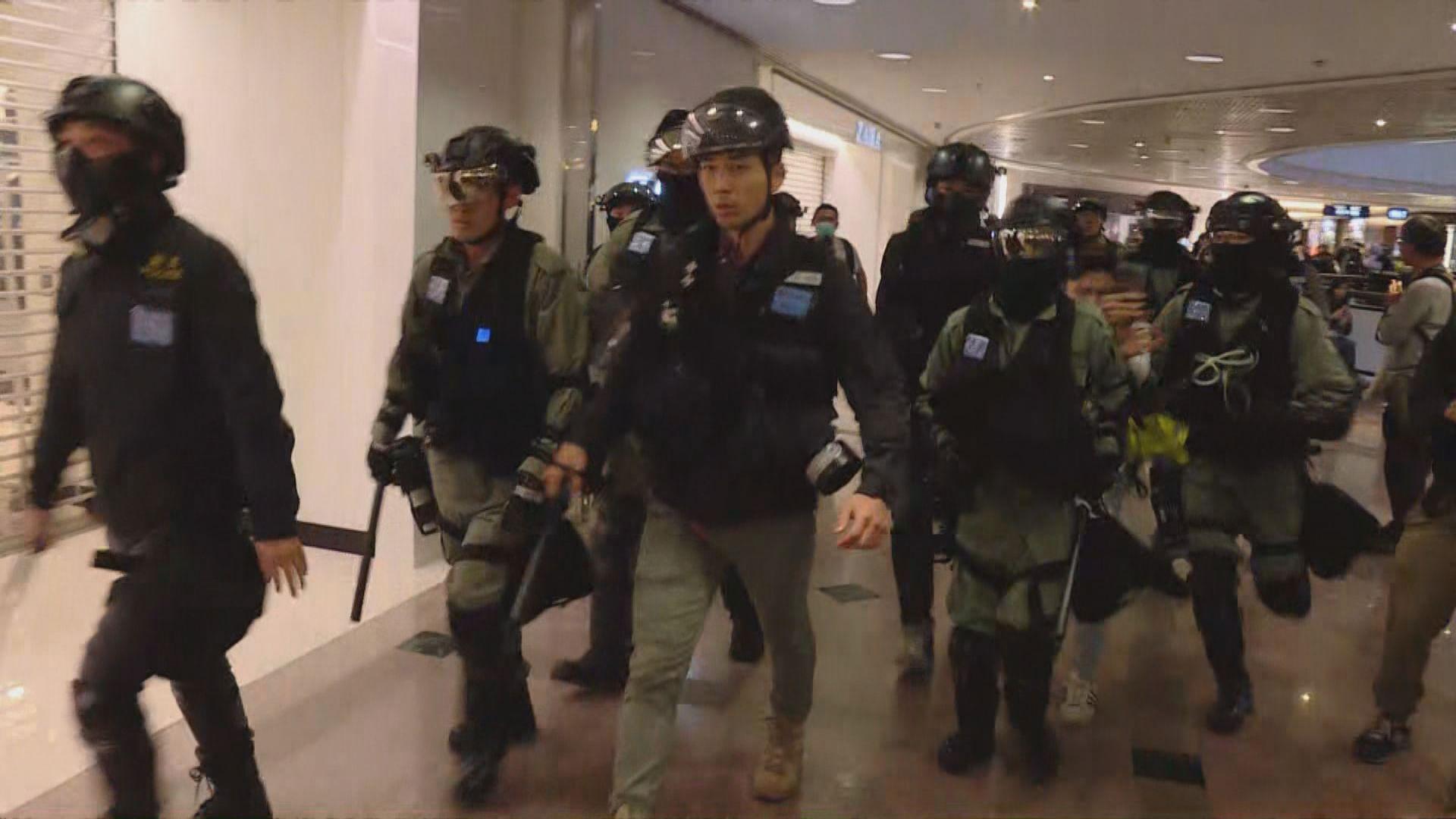 防暴警察進入海港城商場以胡椒噴霧驅散人群