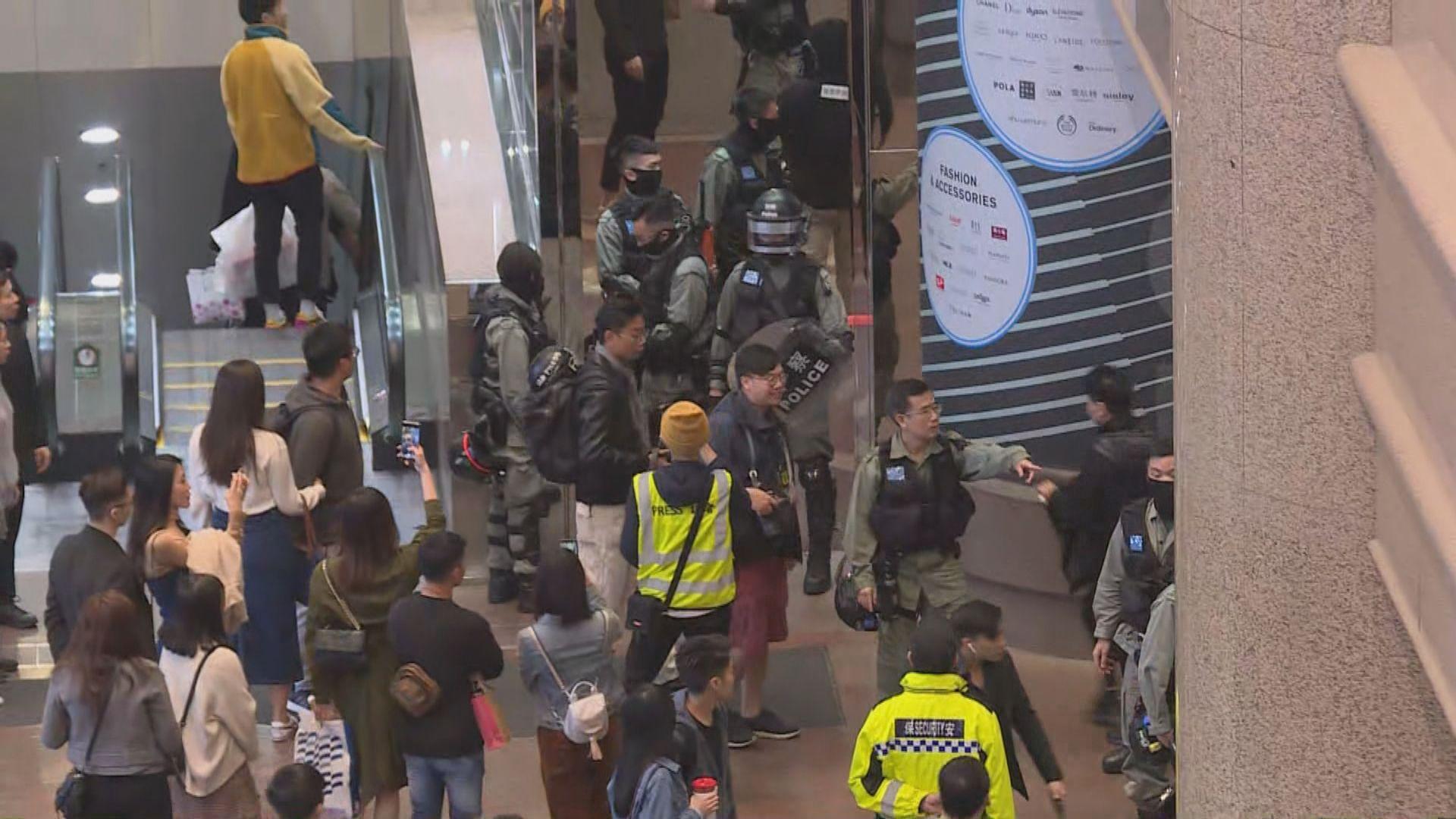 時代廣場有市民叫口號 防暴警截查多人
