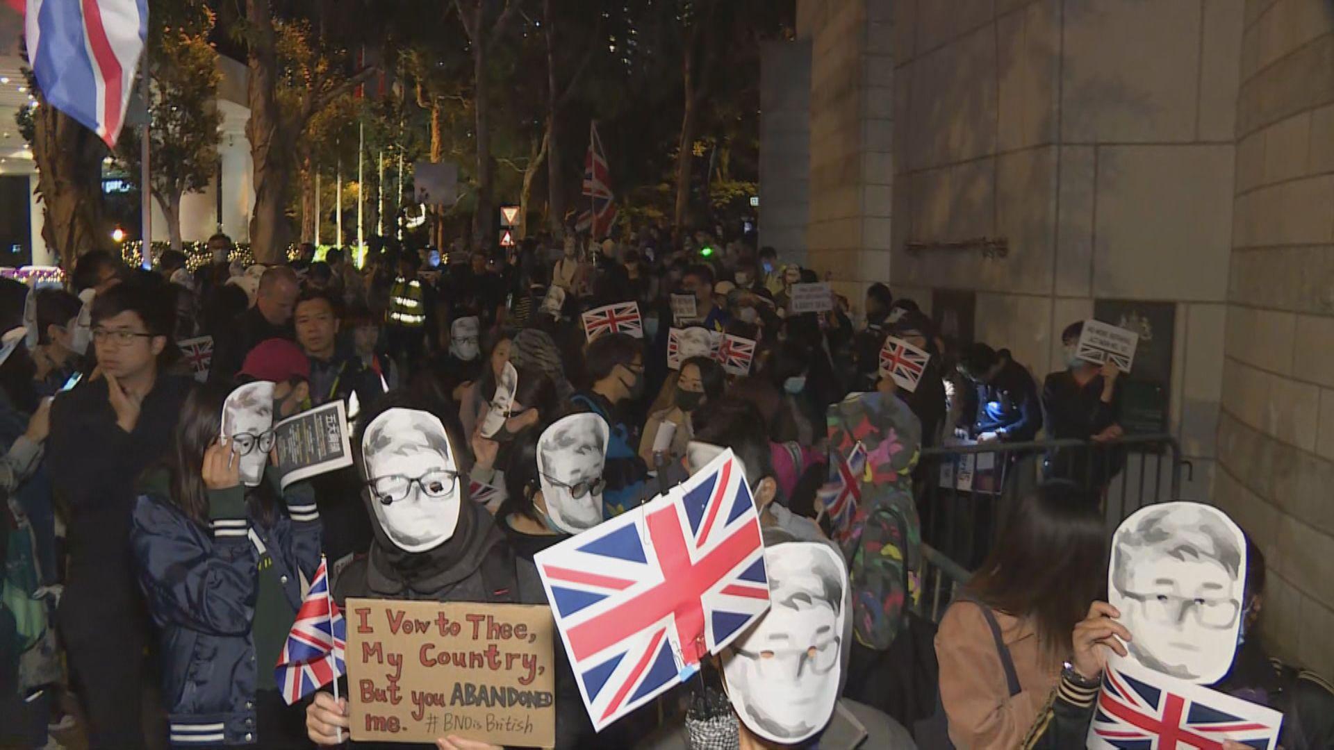 過百人到英國駐港總領事館外集會聲援鄭文傑