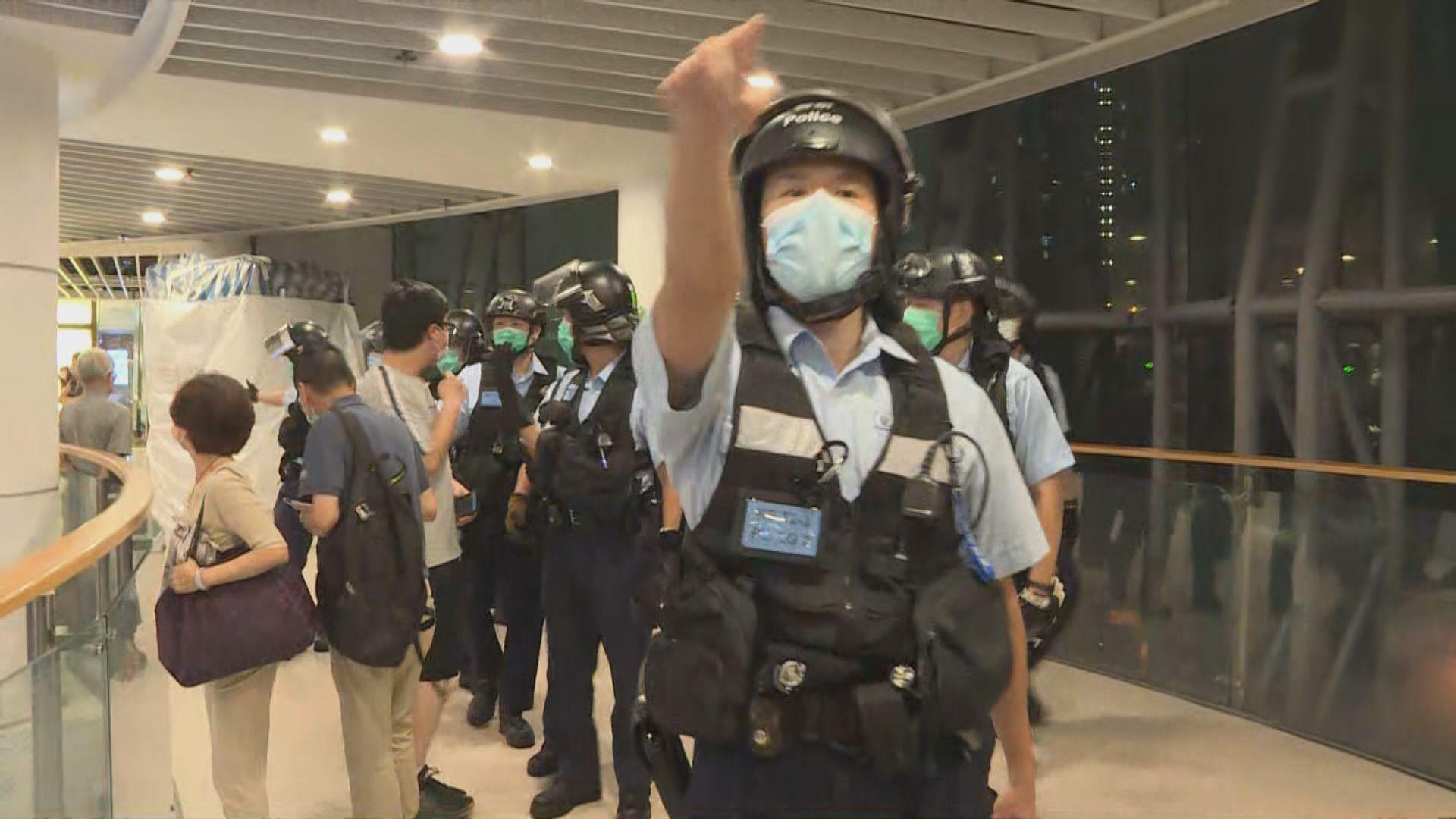 慈雲山有人聚集唱歌 警員多次入商場驅散