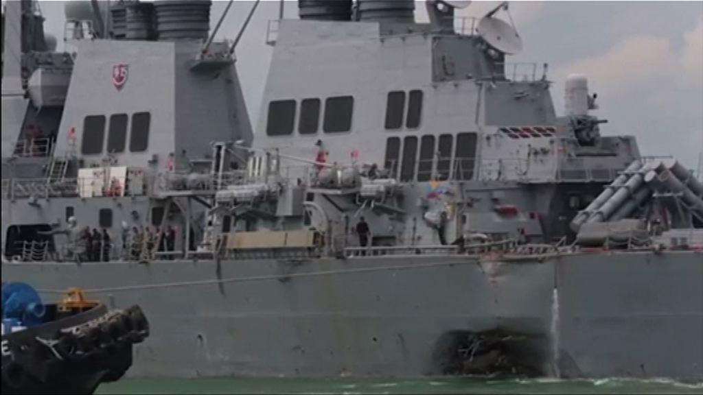 救援人員進入麥凱恩號船艙搜索