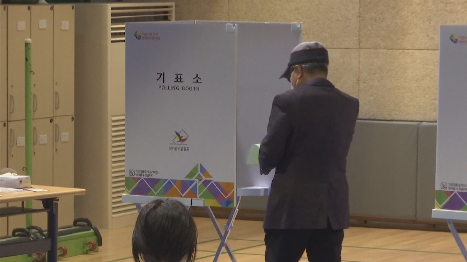 南韓舉行國會選舉 選民入票站前要消毒雙手和戴上手套