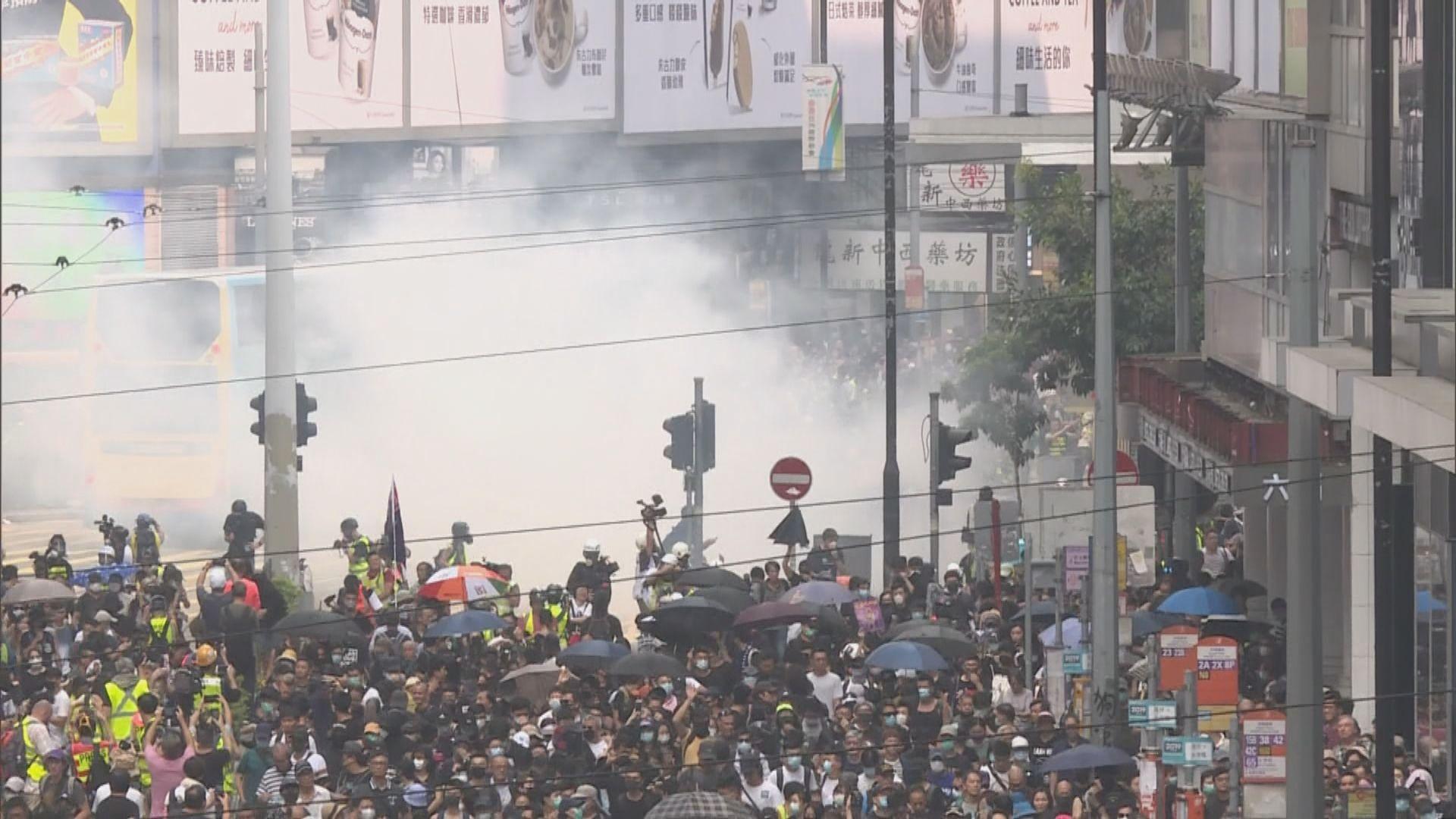 反極權遊行未申請 警催淚彈驅散