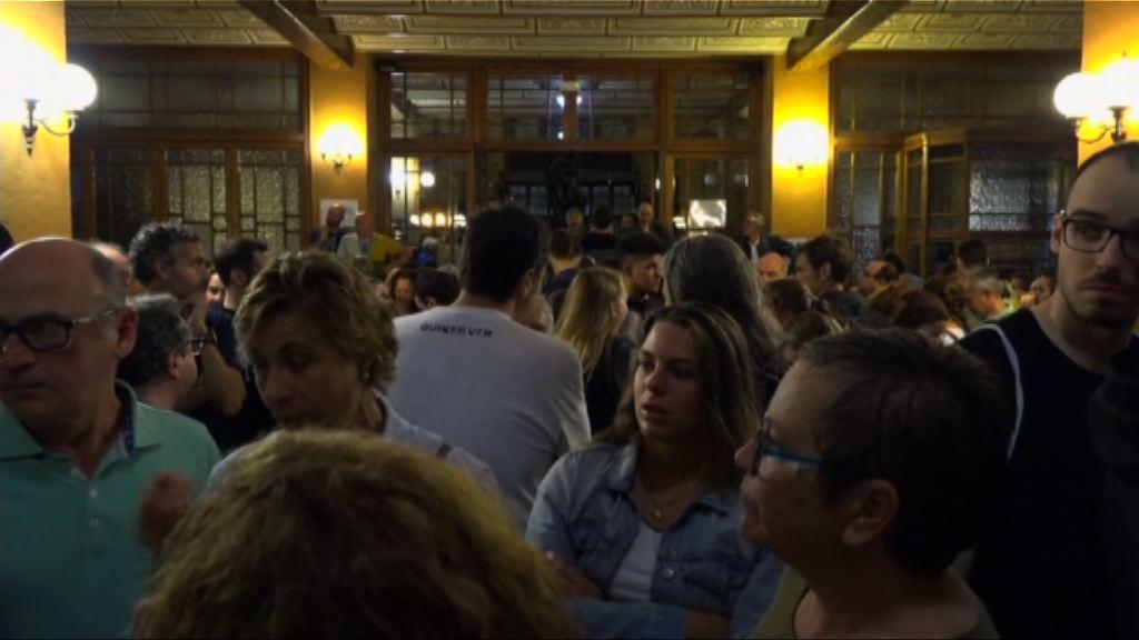 加泰羅尼亞民眾在票站外等候投票