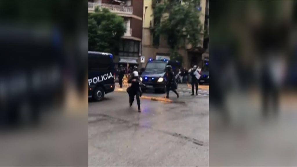 加泰羅尼亞公投釀衡突 有警員以橡膠子彈控制場面
