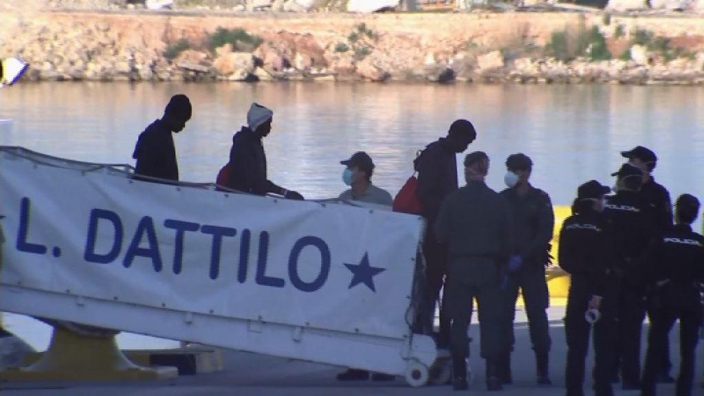 載了首批難民救援船抵西班牙