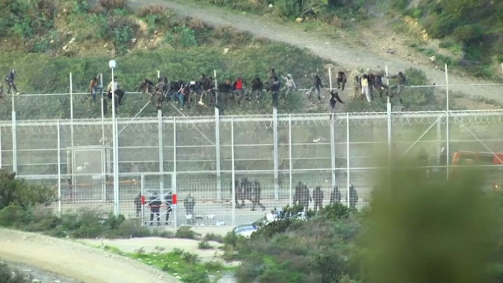 逾千難民企圖闖西班牙北非屬地 逾50人傷