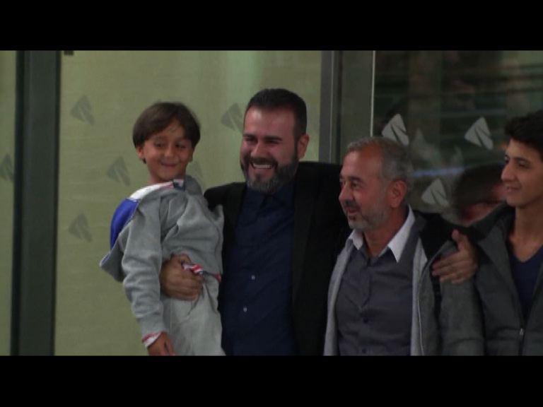難民穆赫辛一家三口抵西班牙