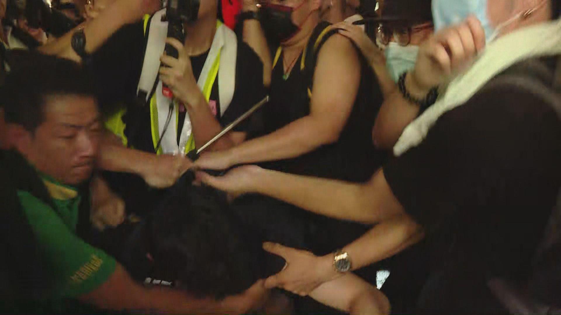 上水廣場外示威者與警方衝突 警出動胡椒噴劑