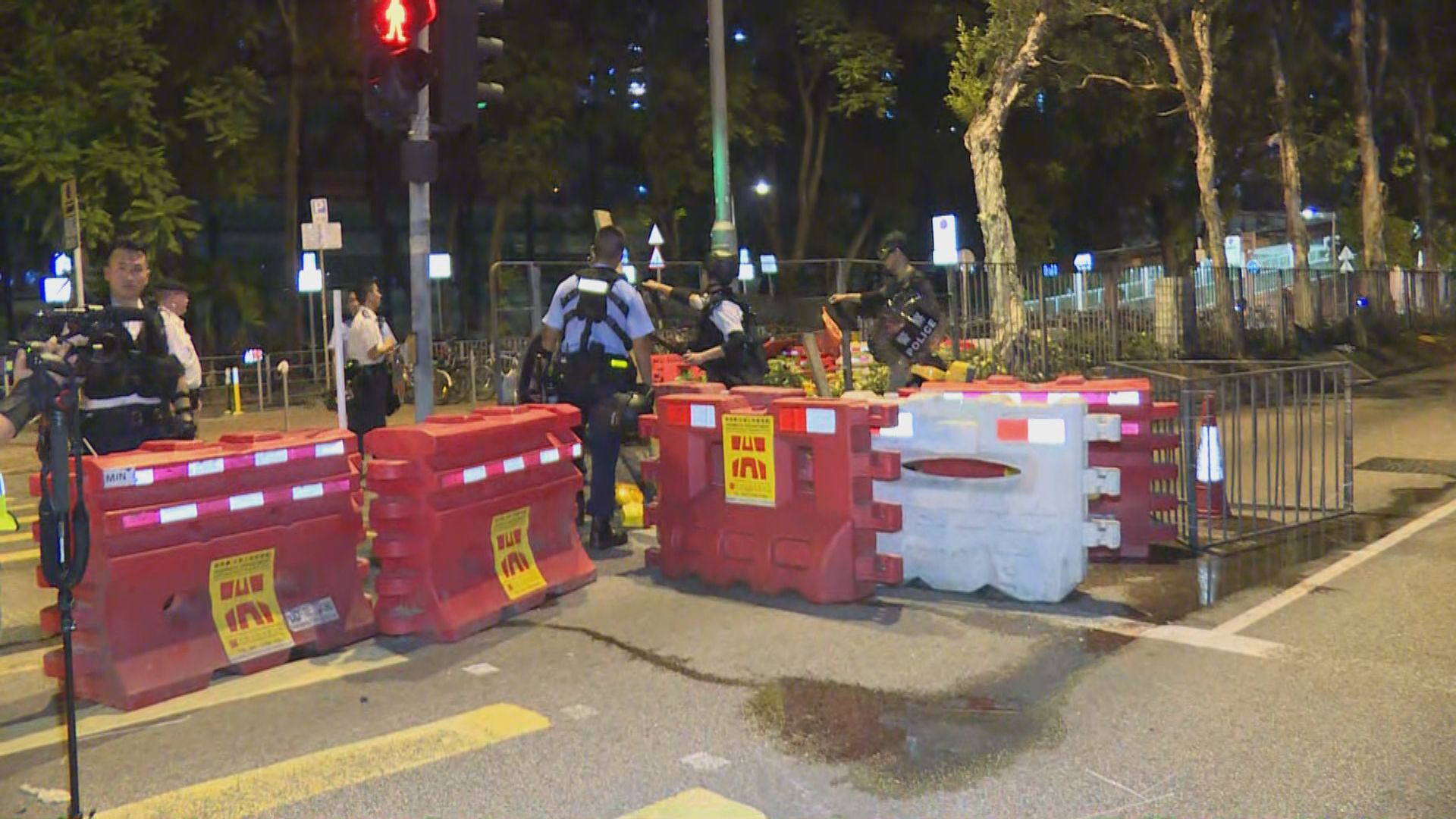 警員清理示威者設置路障 重新開通道路