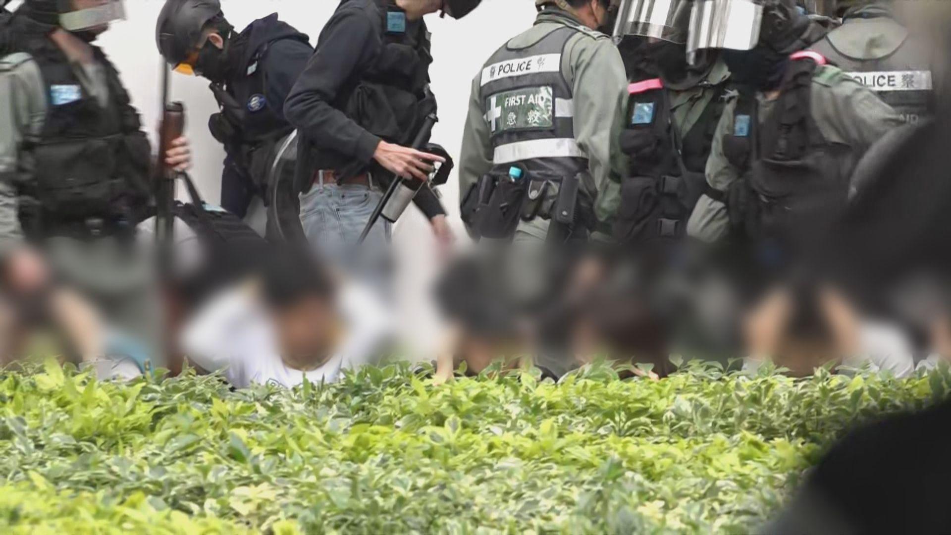 警員施放胡椒噴霧 大批人被制服