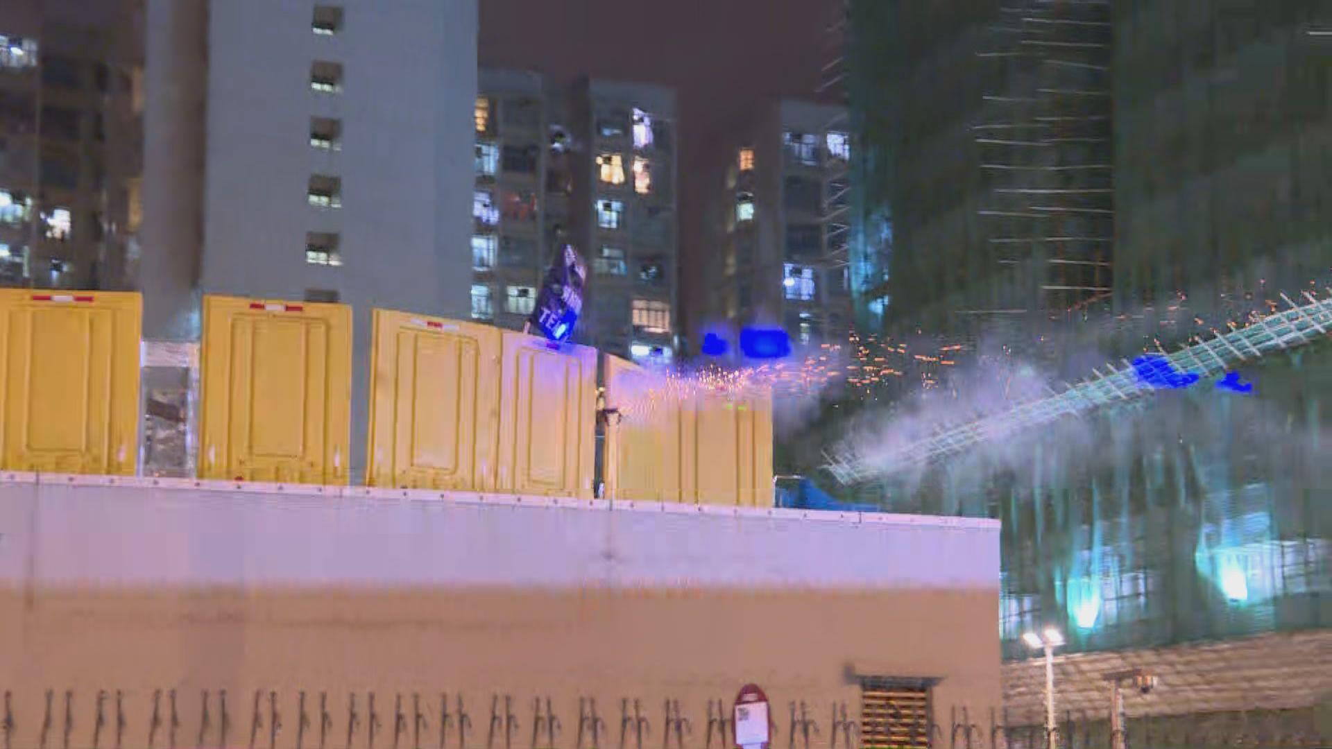 市民深水埗警署附近燒街衣 警發射催淚彈驅散人群