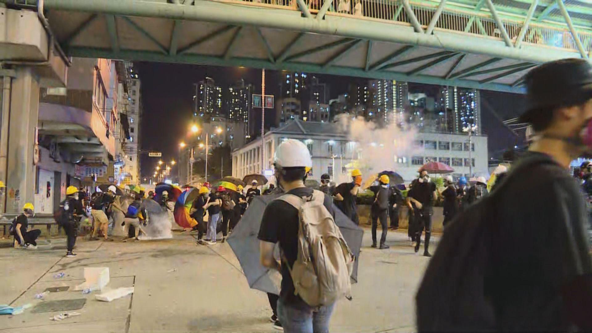 深水埗警署被圍 警方發射催淚彈