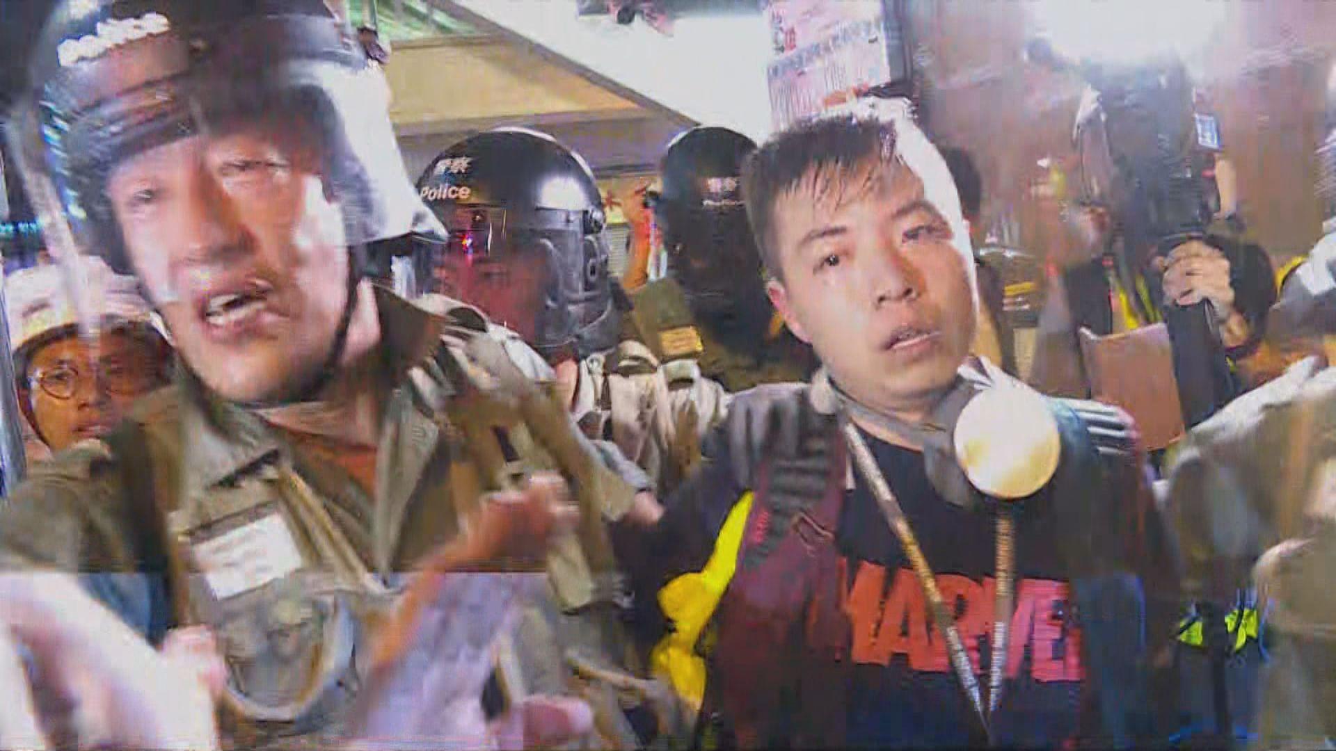 防暴警察基隆街拘捕兩人 現場消息指是記者