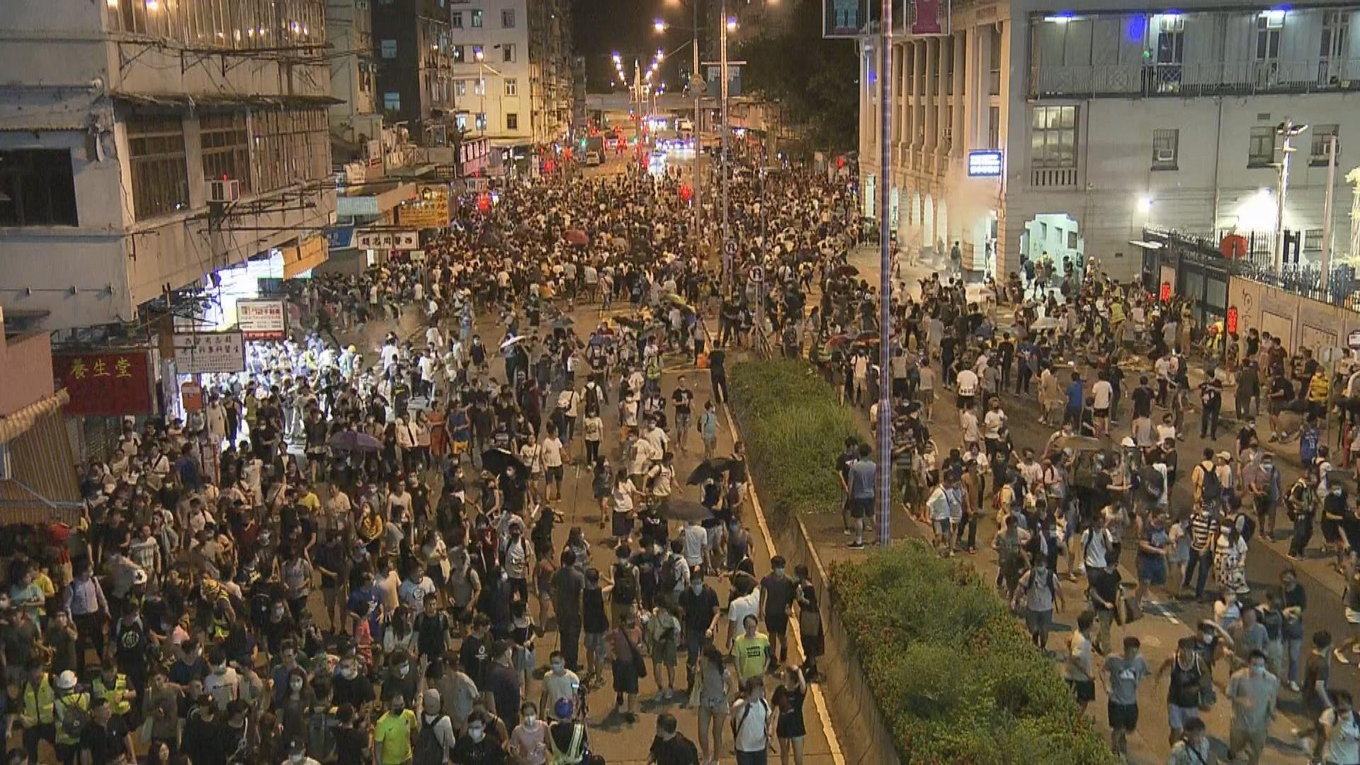 警方發射催淚彈驅散深水埗警署外示威者