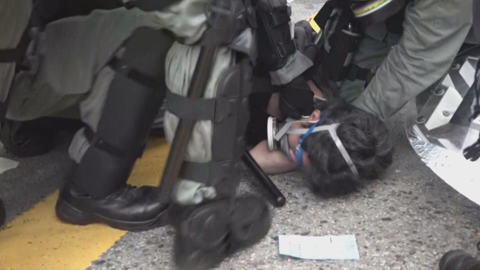警察深水埗警署外驅散示威者多人被捕