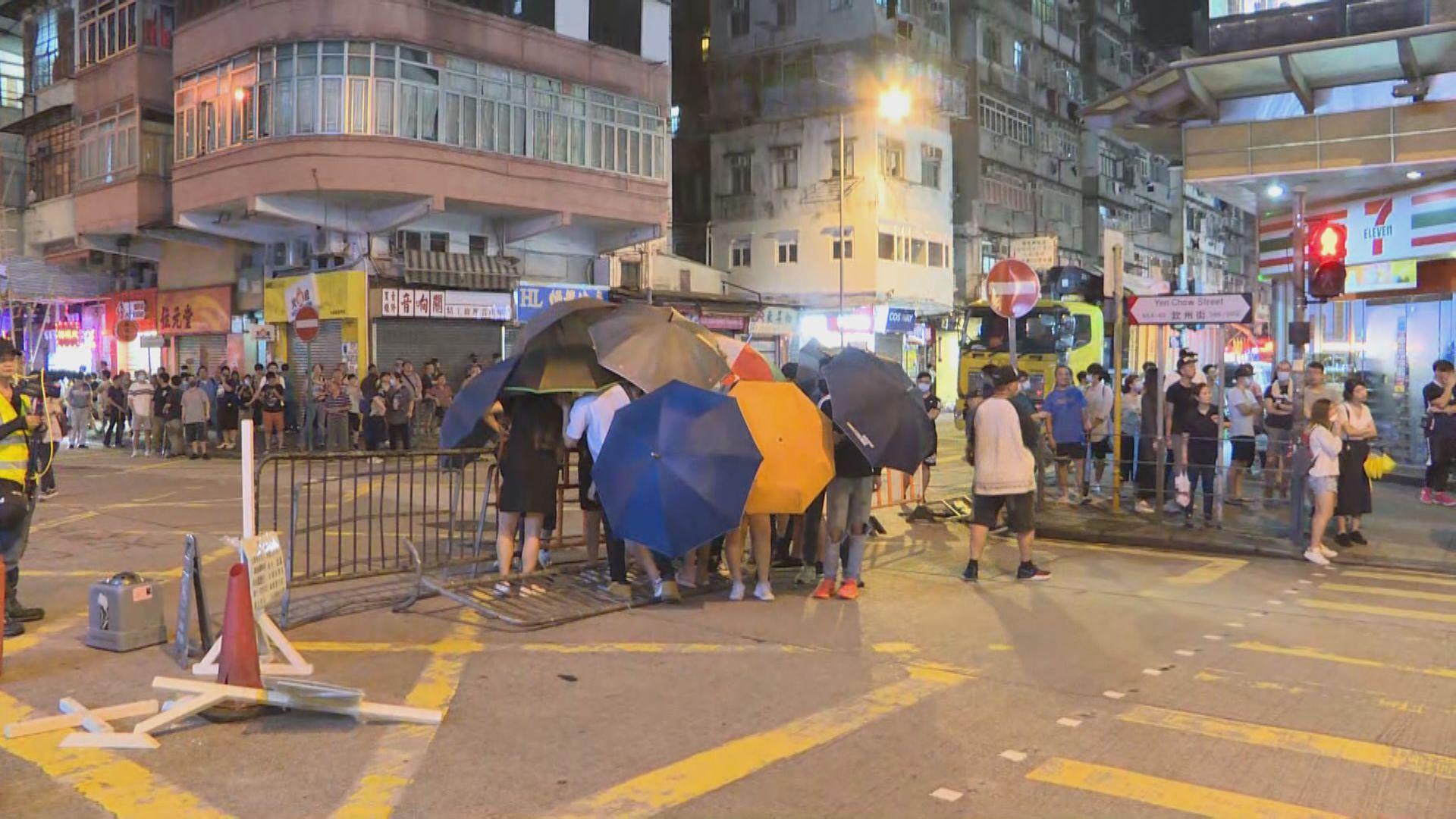 有市民到深水埗警署一帶聚集