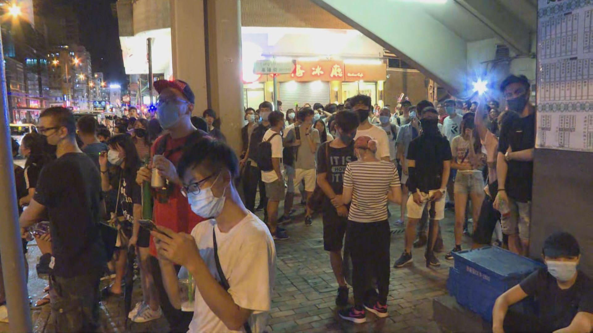 數十名市民晚上到深水埗警署外聚集