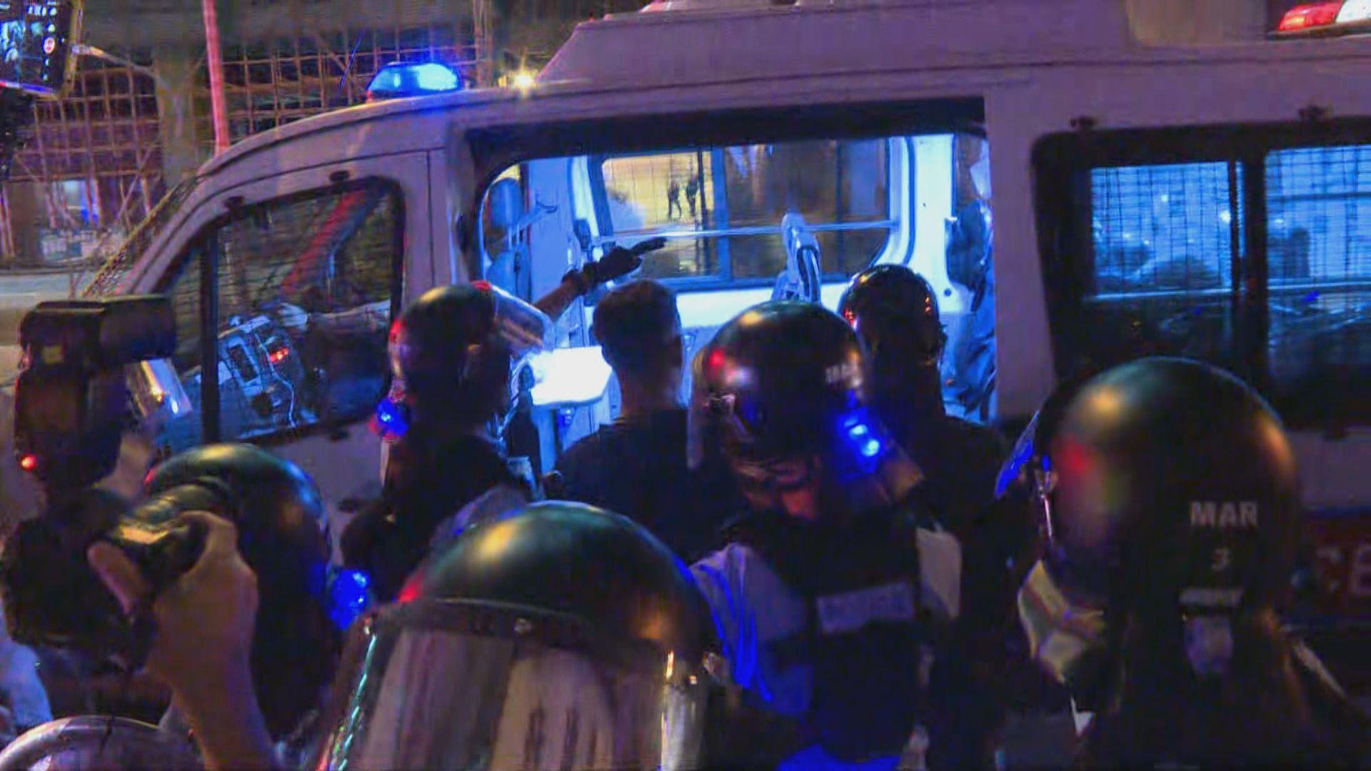 防暴警驅散深水埗警署外聚集市民並帶走多人