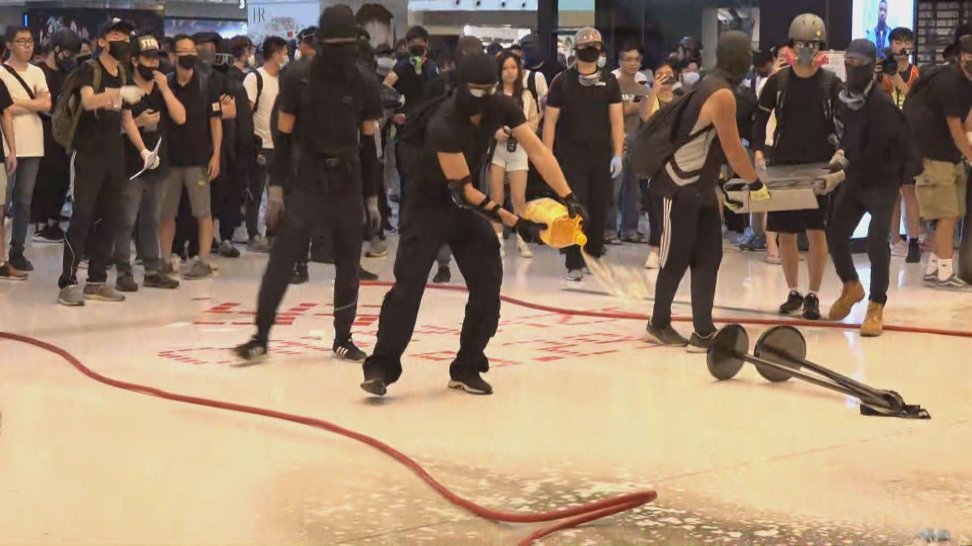 港鐵關閉沙田站 示威者繼續商場內破壞