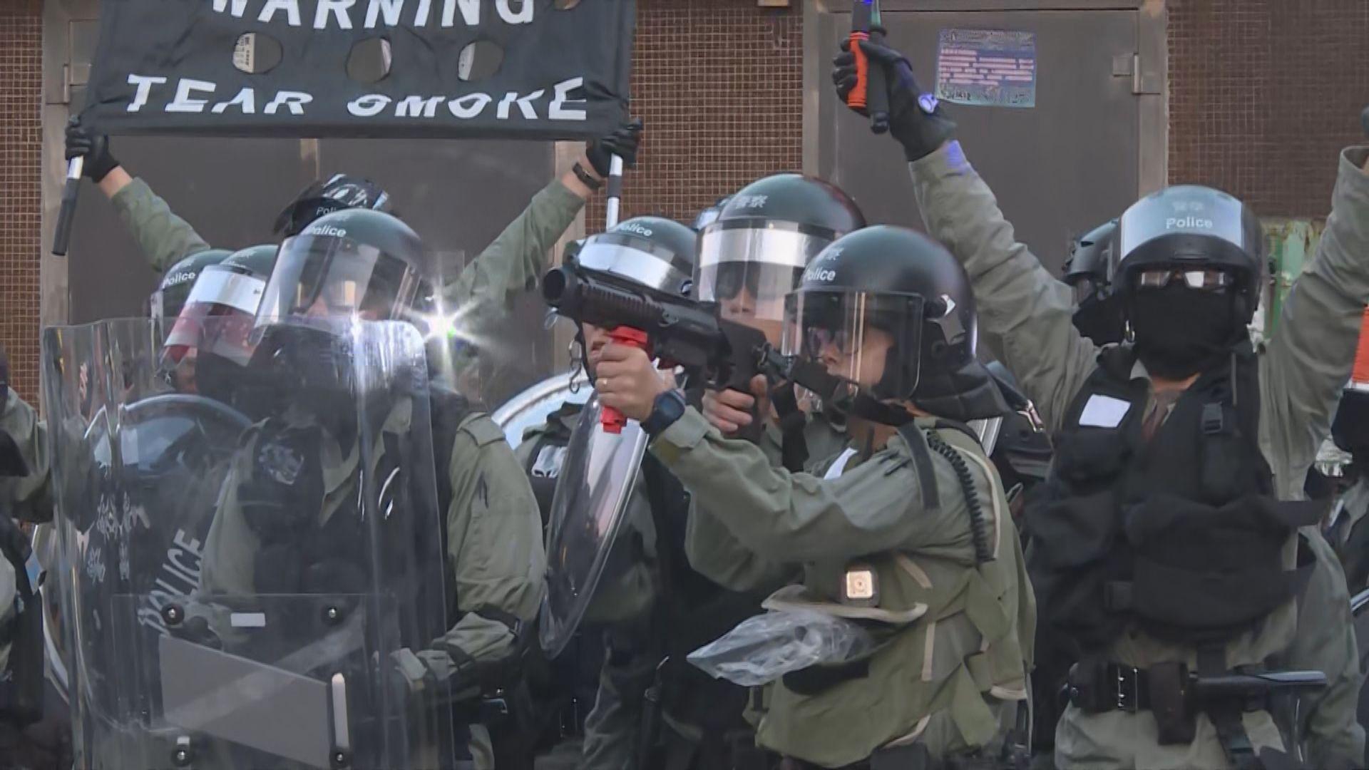 示威者焚燒雜物堵塞源禾路 警放催淚彈驅散