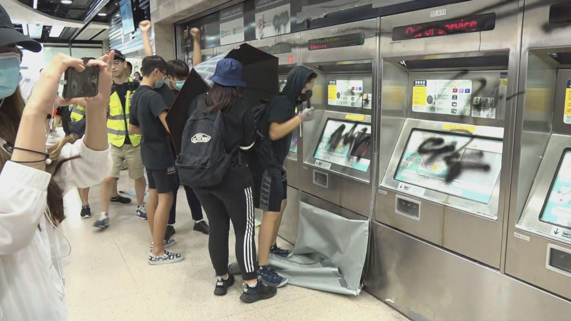 示威者破壞港鐵站設施沙田站關閉