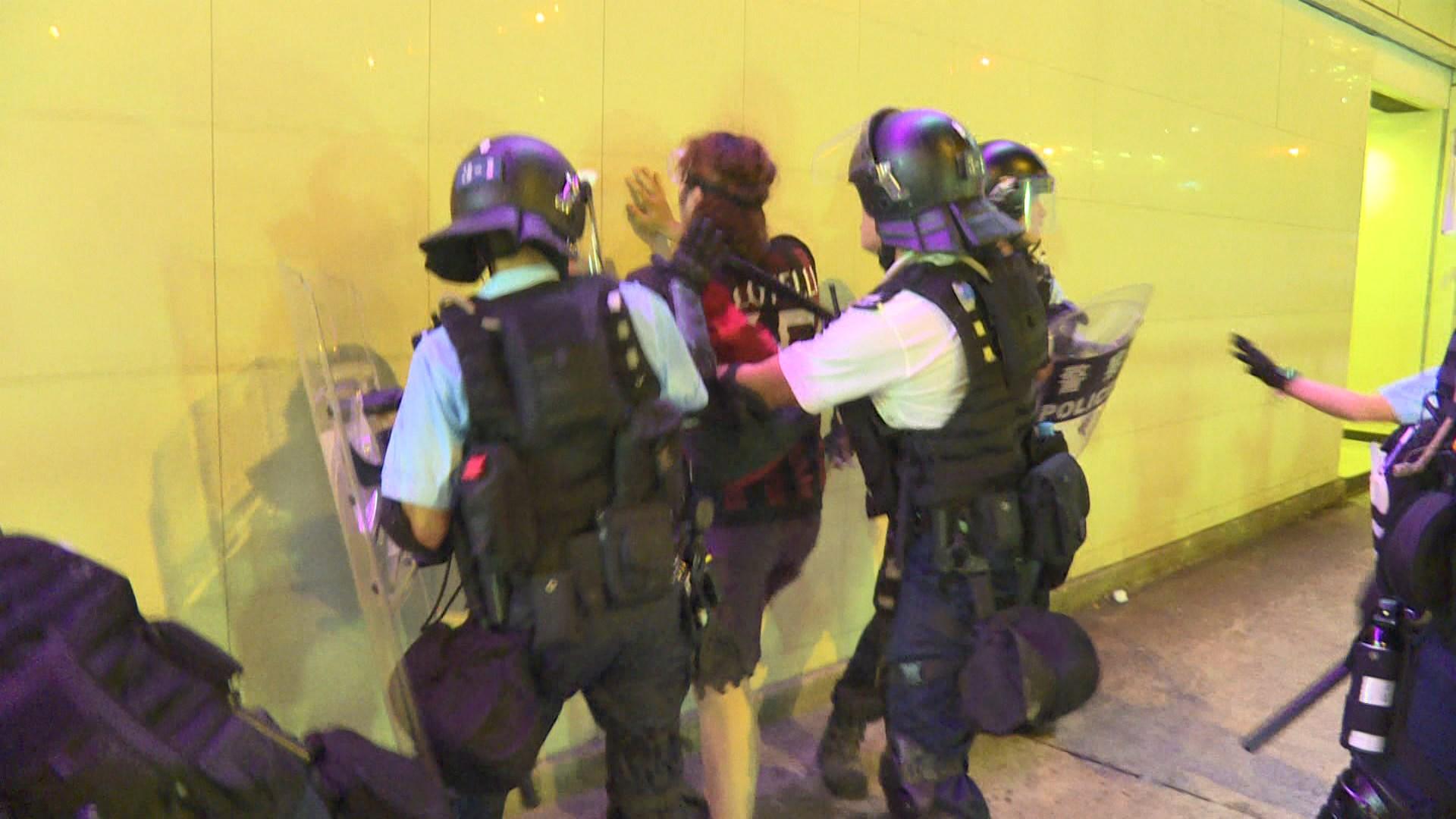 40多人涉非法集結及襲警等罪名被捕