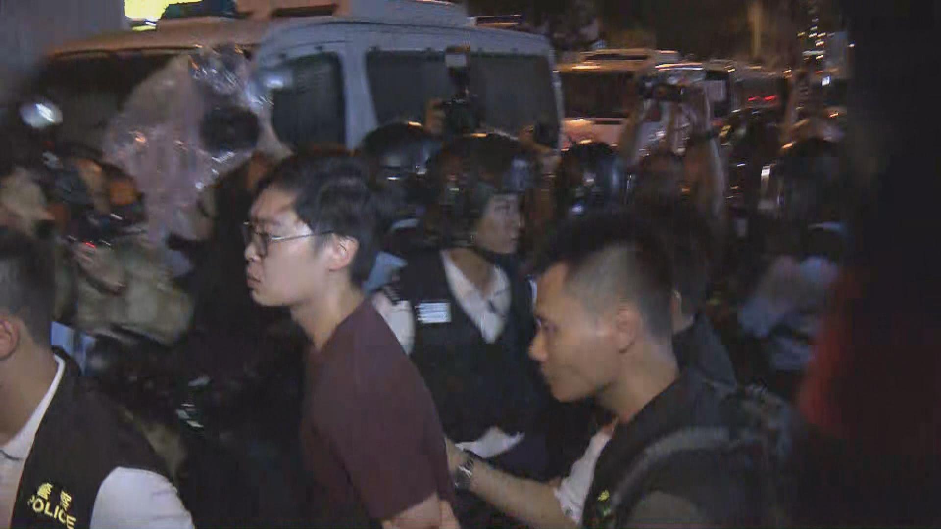 警方搜查火炭貨倉帶走多人包括陳浩天