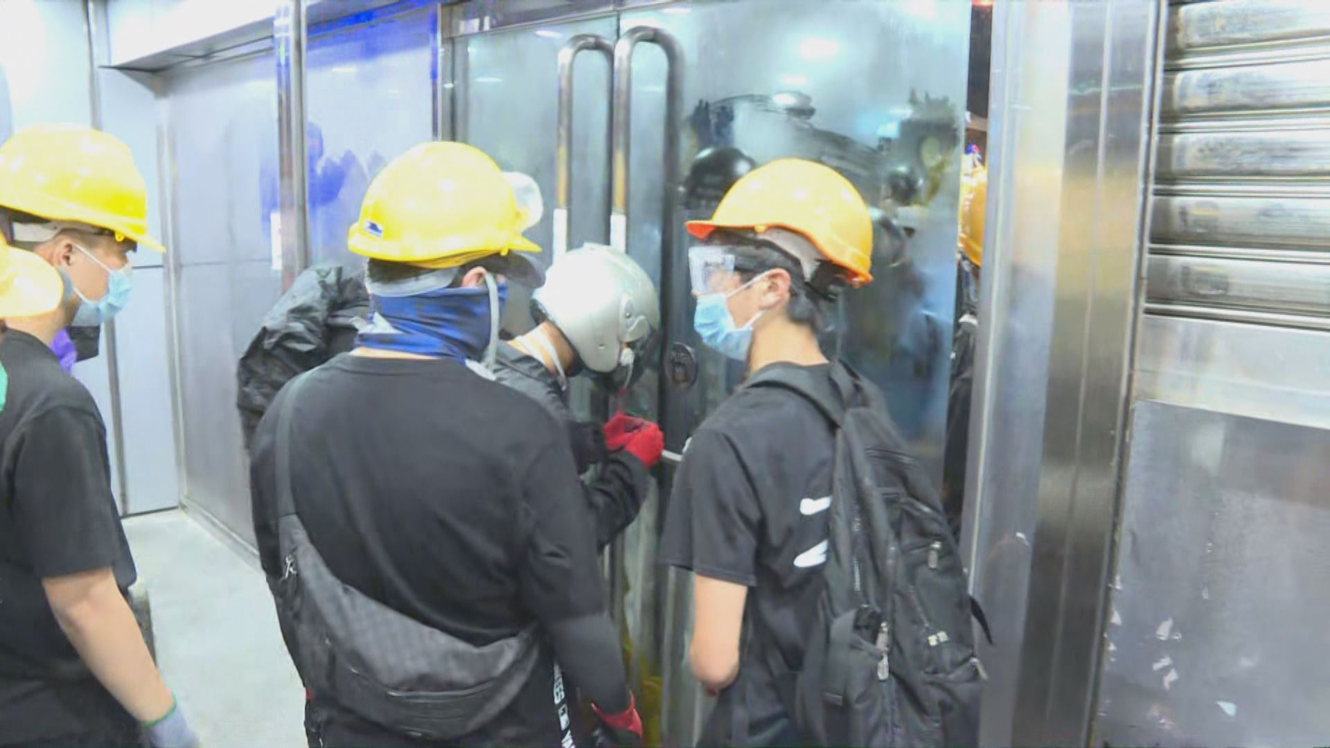 示威者包圍沙田警署後轉到馬鞍山警署