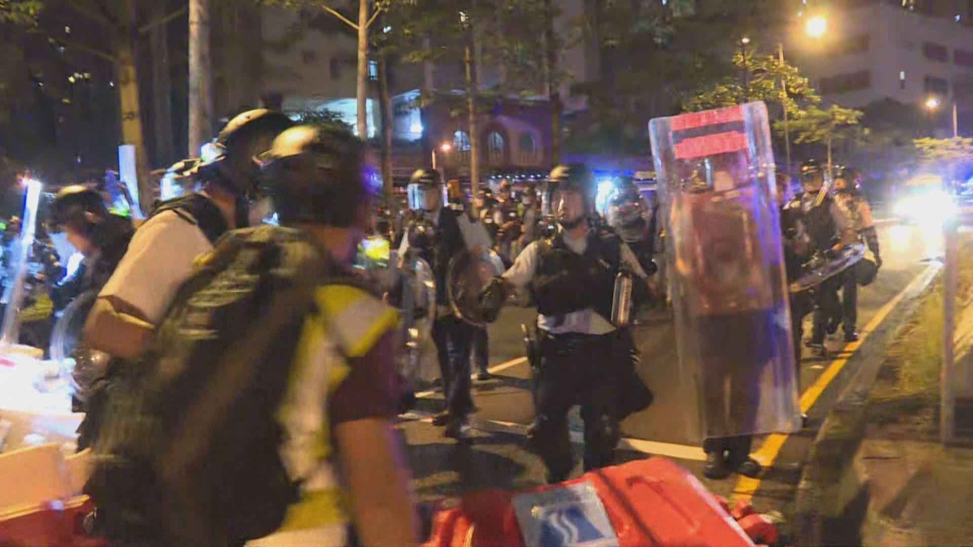 防暴警察凌晨三時出動驅散示威者
