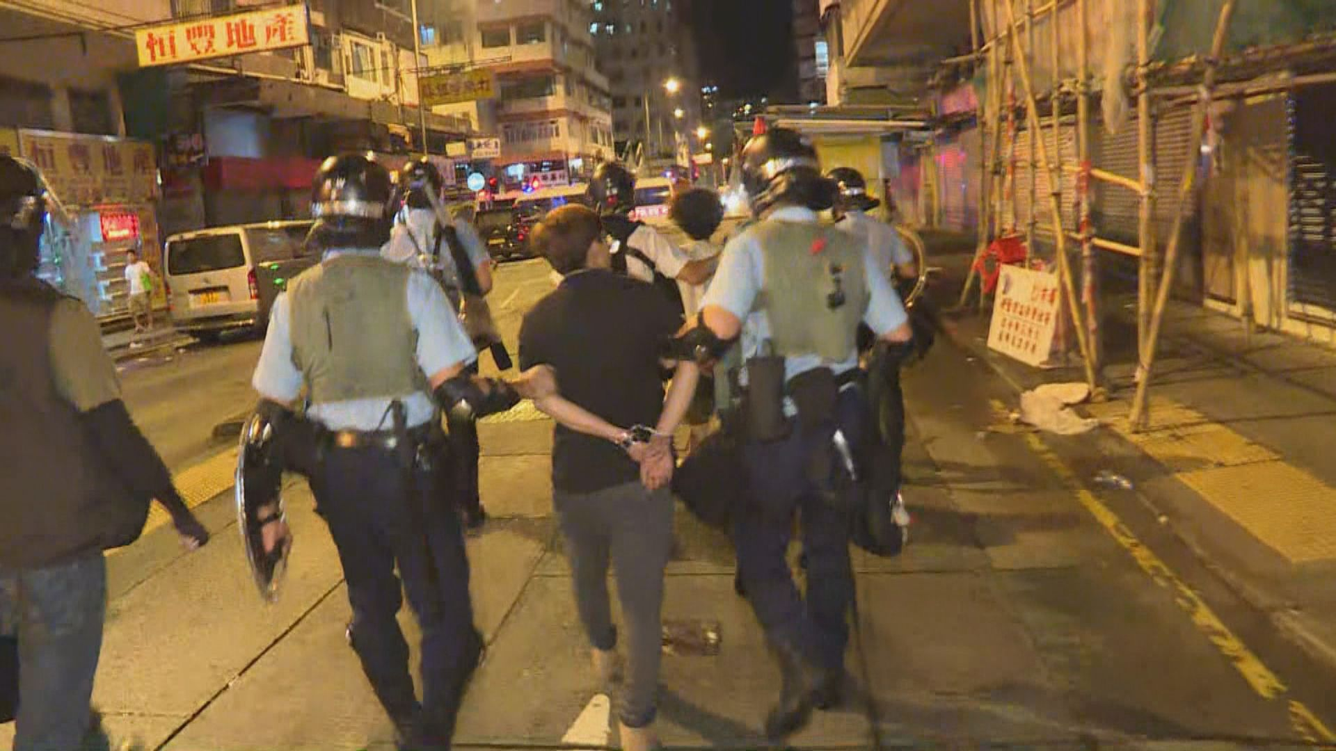 防暴警察驅散深水埗及沙田警署外聚集市民