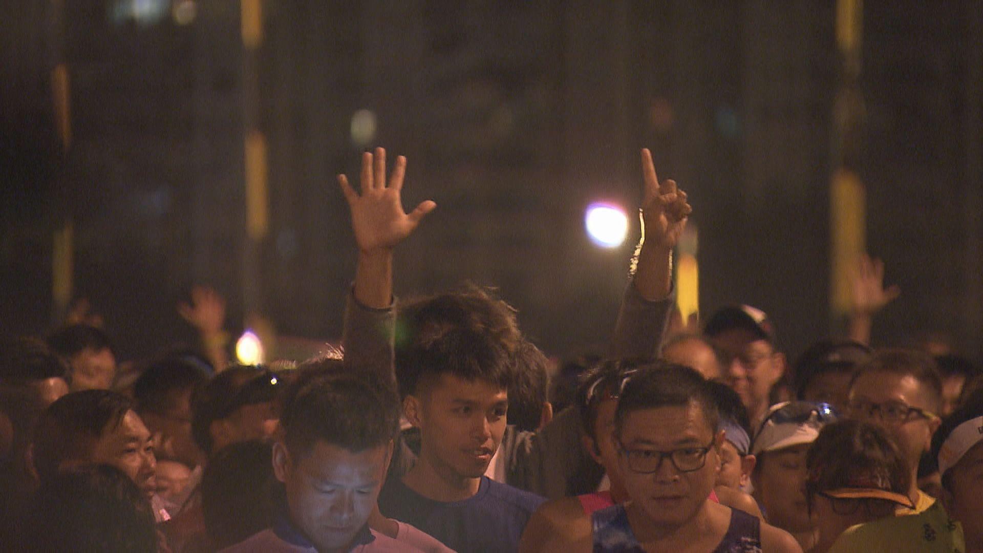 香港街馬有跑手高舉「五大訴求」手勢