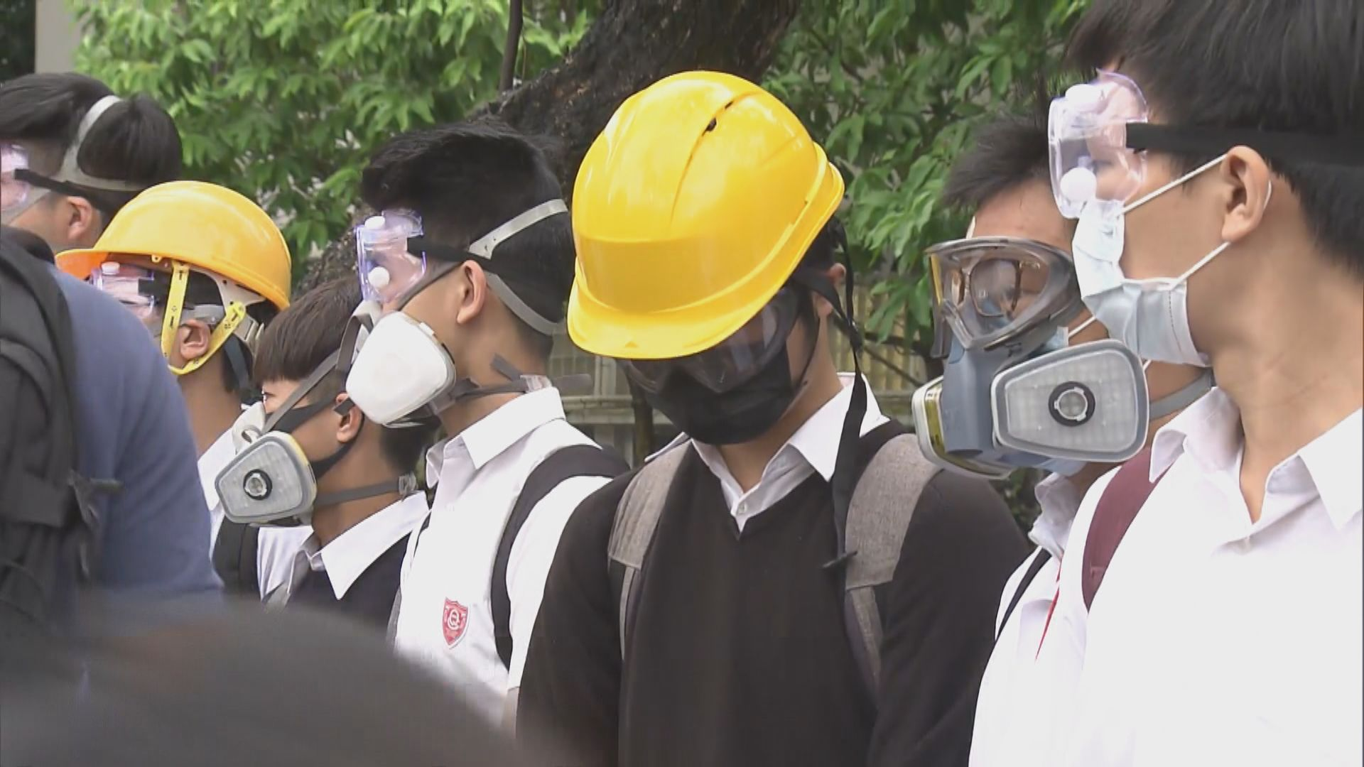 皇仁書院學生在校門外戴上防具支持反修例