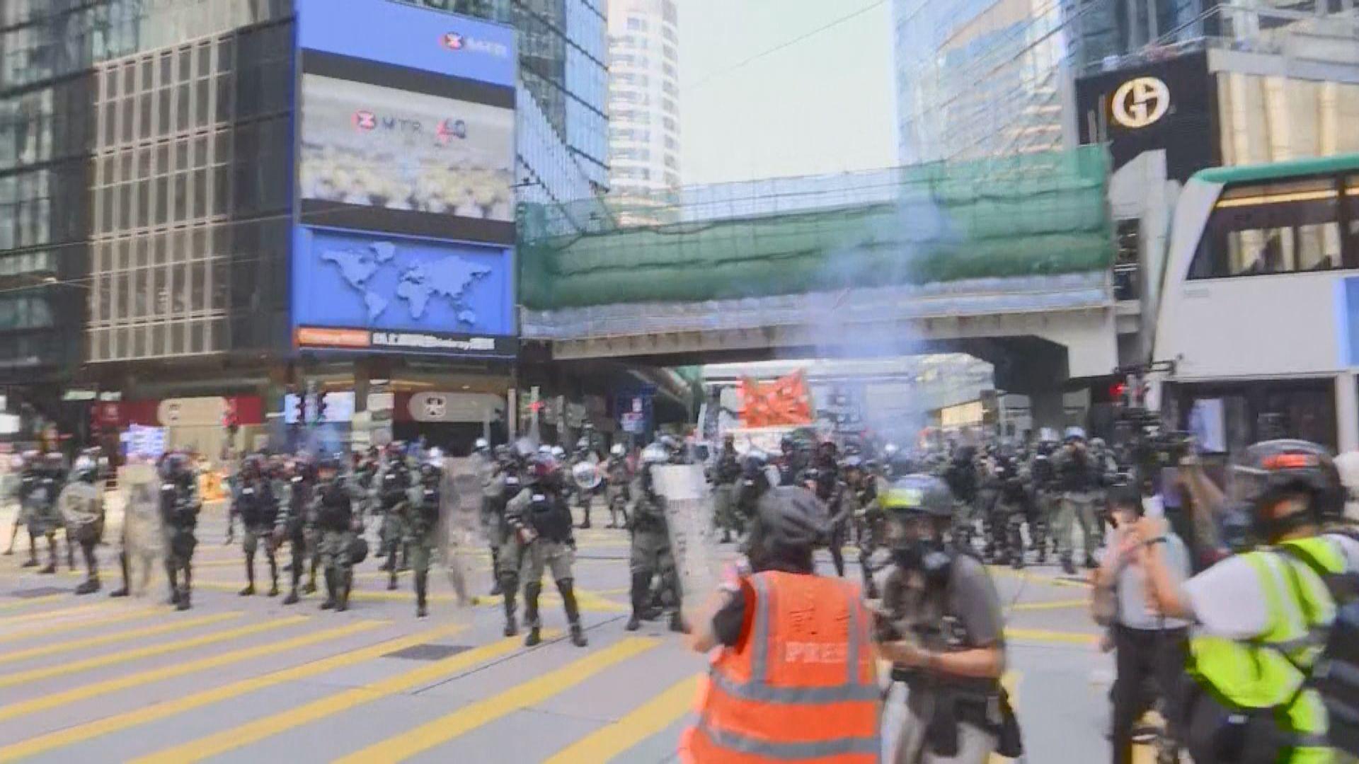 防暴警中午在中環施放多輪催淚彈驅散群眾