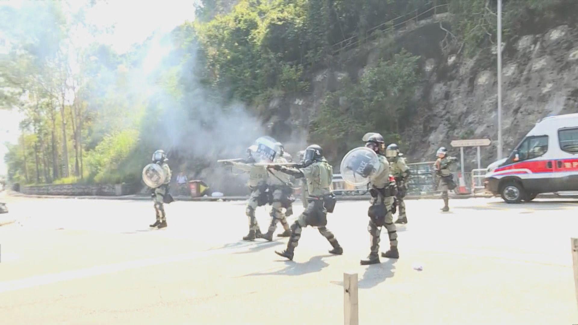 警開多發防暴槍 示威者投擲汽油彈還擊